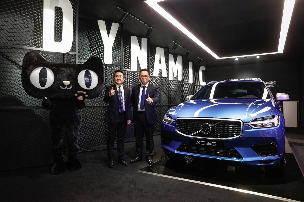 Volvo全新XC60焰影藍運動特別版在天貓上首次發佈,即以75秒的時間就把第一批288輛售罄。圖為天貓行銷平台事業部總經理劉博(左)與Volvo汽車集團大中華區銷售公司總裁陳立哲(右)。