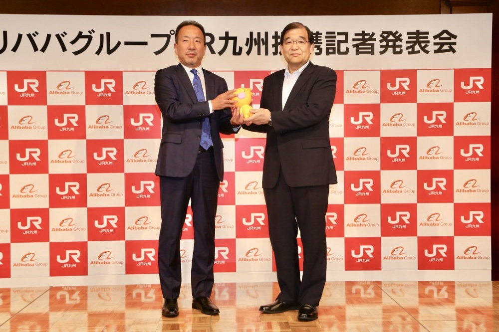 阿里巴巴日本公司總經理香山誠(右)與JR九州會長唐池恒二(左)出席發佈會。