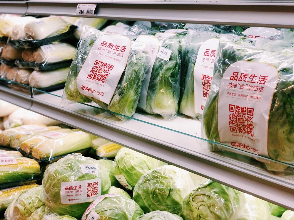 在改造後的新華都超市華林店內,有標準化小包裝的新鮮蔬菜出售,迎合年輕消費者的需求。